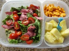 Salad (lettuce, tomato, roast beef, thousand island) + pineapple + goldfish ~ adult lunch Super Healthy Recipes, Healthy Baking, Healthy Foods To Eat, Healthy Snacks, Easy Lunch Boxes, Lunch Box Recipes, Lunch Ideas, Box Lunches, Recipes Dinner