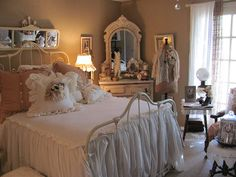 3 Attractive Clever Tips: Shabby Chic Cottage Dishes black shabby chic furniture.Shabby Chic Home Office shabby chic vanity flea markets.Shabby Chic Home Office. Shabby Chic Living Room, Pretty Bedroom, Shabby Chic Bedrooms, Bedroom Vintage, Shabby Chic Furniture, White Bedroom, Bedroom Romantic, Cosy Bedroom, Stylish Bedroom