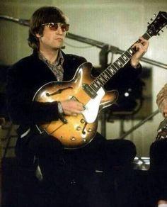 John Lennon in 1966 with his 1965 Epiphone Casino Beatles Love, Beatles Photos, John Lennon Beatles, Imagine John Lennon, Eric Clapton, Paul Mccartney, John Lennon Sunglasses, Gentlemen Prefer Blondes, Yoko Ono