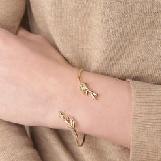 The #GWSxMejuri Olive Branch bracelet is perfect for fall! #GWSXMejuri