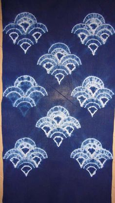 Great shibori, found on Iroito's blog, Japan. I think the explanation for the different Seigaiha pattern on left is that the stitching unraveled...