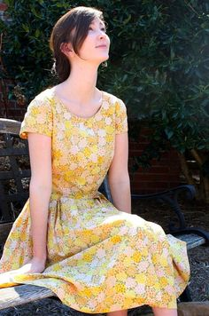 Spectacular Cotton Floral Yellow Dress - Frog Knot Closure - Women 8 // it's yellow! 50 Style Dresses, Modest Dresses, Yellow Floral Dress, Floral Dresses, Vintage Dresses, Vintage Wear, Vintage Floral, Fashion Through The Decades, Olive Dress