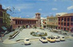 Plaza de la Constitución y Ayuntamiento de Torredonjimeno. Años 80