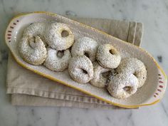 Dicembre Dolce: Celli Ripieni {Jam-Filled Cookies from Abruzzo} Italian Cookie Recipes, Italian Cookies, Italian Desserts, Italian Biscuits, Christmas Biscuits, Christmas Baking, Christmas Treats, Cookie Tray, Cookie Desserts
