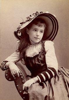Красивая шляпа на девушке по имени Этель.  Цинциннати, штат Огайо в 1891 году