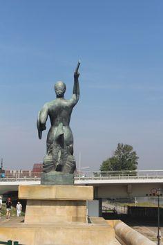 Estatua de la sirenita de Varsovia.  Conoce más sobre que hacer en #verano en #Varsovia en nuestro artículo de #DesarrolloPeregrino, blog de viajes.