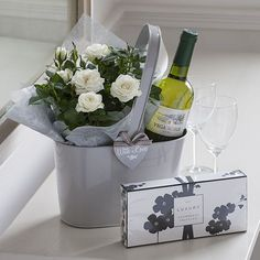 49 Stylish DIY Wine Gift Baskets Ideas The post 49 Stylish DIY Wine Gift Baskets Ideas & Geschenk Inspirationen appeared first on Gift . Simple Gifts, Unique Gifts, Hostess Gifts, Holiday Gifts, Housewarming Gifts, Wine Gift Baskets, Deco Floral, Gift Hampers, New Home Gifts