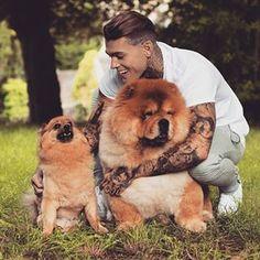 Este par de simpáticos peluches. | Community Post: 33 Hombres guapos y sus adorables cachorros