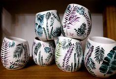 Mates de cerámica pintados a mano Lisa Ostman Ceramic Painting, Dyi, Pottery, Hand Painted, Diy Crafts, Ceramics, Mugs, Tableware, Templates