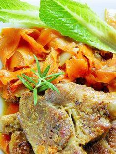 Mięciutkie mięso z karkówki uduszone razem z plastrami marchewki - oj, taki obiad zachęca do jedzenia i kolorem, i zapachem. Smak potrawy ...