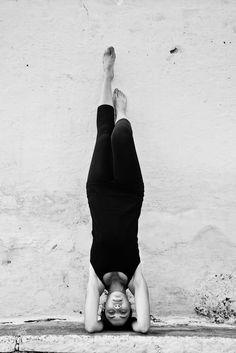She looks decidedly like my cousin - who is, in fact, a yoga instructor. Yoga Moves, Ashtanga Yoga, Yoga Meditation, Yoga Headstand, Namaste, Forearm Stand, Zen, Yoga Photos, Spiritism