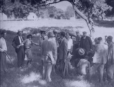 Clyde Barrow and Bonnie Parker escaped law enforcement during a 1933 shootout at Dexter Park. Two members of their gang were caught by police at the campground where the Barrow gang had been staying for several days. Bonnie And Clyde Photos, Bonnie Clyde, Real Gangster, Bonnie Parker, History Magazine, Serial Killers, Back In The Day, Old Photos, Rare Photos