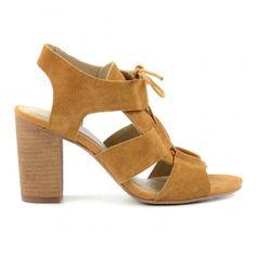 Les sandales � lacets sont la derni�re tendance actuelle de cette saison ! Gr�ce au talon cubain, ces sandales brunes de la