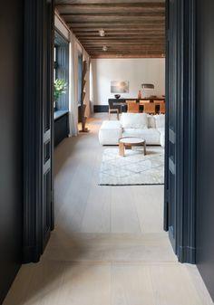Als eine Designerin die Altbau-Maisonettewohnung im Herzen Stockholms zum erstenMal betrat, war es Liebe auf den ersten Blick. Die Wohnung benötigte zwar etwas mehr alsnur einen neuen Anstrich, doch sie erkannte sofort die Möglichkeit, in diesem ursprünglichenRahmen ein modernes Zuhause zu schaffen. Die Designerin wollte jeder der beiden Etagen einen individuellen Ausdruck verleihen.So wurde das …