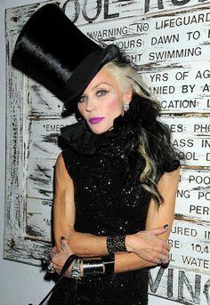 DAPHNE GUINNESS De 47-jarige Britse kunstenaar Daphne Guinness lijkt een beetje geïnspireerd te zijn door Cruella De Vil met haar zwart-witte haren.