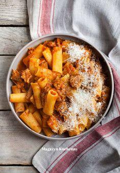Proste i pyszne danie z żeberek duszonych z pomidorami oraz makaronu