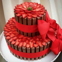 Kit Kat cake adorned with fresh strawberries Fancy Cakes, Cute Cakes, Pretty Cakes, Beautiful Cakes, Amazing Cakes, Food Cakes, Cupcake Cakes, Decoration Patisserie, Love Cake