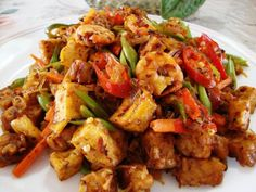 Nothing is as healthy or delicious to eat than tempeh but only with the right recipes. Thankfully, we have listed 10 of the most delicious Malaysian tempeh recipes here, just for you! Tempe Recipe, Dried Chillies, Malaysian Cuisine, Tamarind Paste, Dried Shrimp, Chilli Paste, Sliced Potatoes, Vegetarian Options, Tempeh
