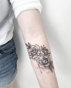 Delicately Draped – Stunning Floral Tattoos That Are Beautifully Soft And Femini… Tattoo - tattoo feminina Leg Tattoos, Flower Tattoos, Body Art Tattoos, Tribal Tattoos, Celtic Tattoos, Tatoos, Tattoo Floral, Marigold Tattoo, Trendy Tattoos