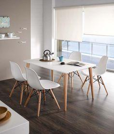 Conjunto estilo nórdico formado por mesa de comedor 120 x 80 cm. extensible 40 cm. tapa lacada y patas en haya y sillas con carcasa en blanco y patas en haya.