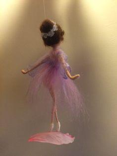 En estos colores, veo la luz del sol poniente: tranquilo, lánguido y suave, calma... El vestido de elegante figura de bailarina en colores lilas suaves y el pelo se adorna con tinte lila de flores blancas. La base es un pétalo de peonía en un color rosa. La altura es de 14 cm.