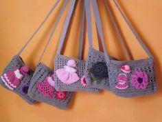 Pequeños, grises y con distintas decoraciones femeninas