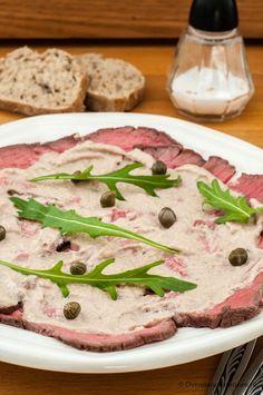 Vitello tonnato met rosbief - Fantastische combinatie van malse rosbief met tonijnmayonaise. Wil je helemaal uitpakken dan braad je zelf een stuk rosbief.