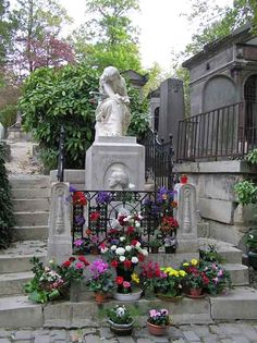 Chopin's grave in Pere Lachaise Cemetery, Paris, France Cemetery Headstones, Old Cemeteries, Cemetery Art, Graveyards, Titanic Artifacts, Pere Lachaise Cemetery, Dance Of Death, Famous Graves, Dark Images