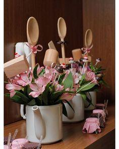 """""""Inspiração para o uso de arranjos florais em bules.  #mabbela #dicasdamabbela…"""