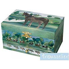 Cette boîte à bijoux fera craquer tous les enfants passionnés par les chevaux ou par l'équitation. Boîte à bijoux musicale, thème cheval. Cette boîte possède un tiroir à l'avant. Un cheval brun dressé tourne sur lui-même sur un air de musique. La boîte se remonte à l'aide d'une clé fixée derrière la boîte, fonctionne sans pile.