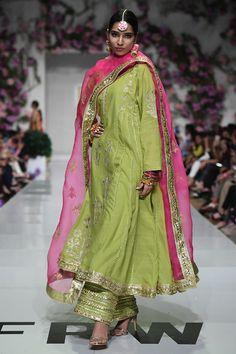 Simple Mehndi Dresses, Simple Pakistani Dresses, Pakistani Dress Design, Pakistani Outfits, Indian Outfits, Fancy Dress Design, Stylish Dress Designs, Indian Bridal Fashion, Indian Fashion Dresses