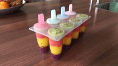 Regenboog ijsjes van fruit: bosbes, mango, aardbei en kiwi.