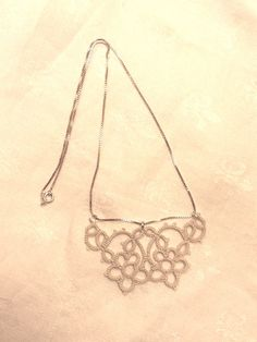I often wonder what I would do with beautiful tatting pieces. This gives me a great idea!  Attach jump rings to the edges to make it a necklace!  From Le Blog de Frivole