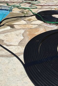 Want to know all the ins and outs of how a solar pool heater works? Discover the best products to use and how to get the most out of solar energy. Diy Pool Heater, Solar Heater, Above Ground Pool Heater, Swimming Pool Heaters, Swimming Pools, My Pool, Pool Fun, Pool Accessories, Pool Decks