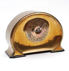 Gehamerd koperen Amsterdamse School klok met geciseleerde wijzerplaat op coromandelhouten voeten ontwerp Fons Reggers uitvoering Gebr.Reggers in eigen atelier Amsterdam 1920-'25
