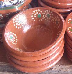 Platitos de barro para poner frijoles o diversas guarniciones. Clay bowls, mexican plates. Visitanos en www.ArtesaniasDeTonala.com
