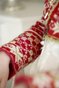 Ravelry: Bolero Fritt etter Fana pattern by Sidsel J. Red Green, Ravelry, Knitting Patterns, Red And White, Fair Isles, Yarns, Christmas, Xmas, Knit Patterns
