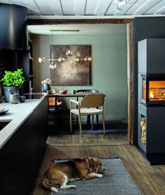 ETTER: Kjøkkenet er relativt langt og smalt, med stuen i den ene enden og den nyetablerte frokostkroken i den andre. Paret er glade for at valget falt på en mørk innredning i stedet for en lys, som Anne Grethe først ønsket seg. Et lyst kjøkken ville fremhevet at kjøkkenet er smalt, mens det mørke trekker seg mer tilbake og flyter i ett med veggene uten å ta plass rent visuelt. Jiyong, Decor Interior Design, Color, Home Decor, Health, Ideas, Lily, Decoration Home, Room Decor