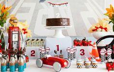 Alguns meninos, ainda pequenos, já despertam o interesse pelos carros. Se esse é o caso do seu filho, inspire-se nesse aniversário repleto de elementos automobilísticos.