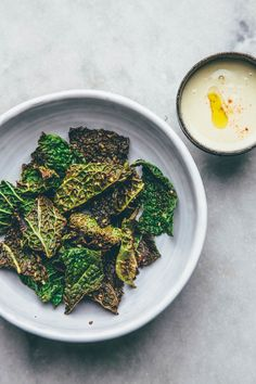 Spicy green cabbage and sweet potato Crisps / Slow Sunday: Crispin it! Entree Recipes, Vegetarian Recipes, Healthy Recipes, Vegan Snacks, Healthy Snacks, Vegan Food, Sweet Potato Crisps, Healthy Crisps, Plant Based Snacks