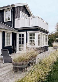 Ein Haus am Meer - wer will das nicht! Eine schöne Fassade aus Holz, ein Garten voller Gräsern und grüner Wiese - so lässt es sich aushalten!