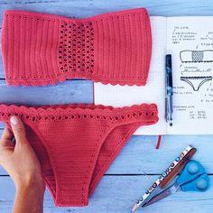 No photo description available. Crochet Diy, Beach Crochet, Crochet Geek, Lingerie Crochet, Motif Bikini Crochet, Magazine Crochet, Crochet Bathing Suits, Bustier Top, Bustiers