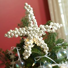 A tree isn't complete without a pretty Christmas tree topper. Whether it's a simple bow, a beautiful bouquet, or a unique tree topper you can make yourself, these Christmas tree topper ideas are the perfect finish to your beautiful holiday tree. Diy Christmas Tree Topper, Diy Tree Topper, Pretty Christmas Trees, Star Tree Topper, Christmas Love, Christmas Wreaths, Christmas Crafts, Christmas Decorations, Christmas Ornaments