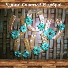 Мои любимые декоративные подковы с листиками клевера и кусочком янтаря. Холодный фарфор. Акрил. #холодныйфарфорнск #Академгородок…