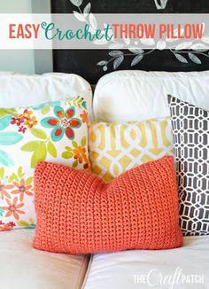 Crochet For Beginners Easy Crochet Throw Pillow. Perfect project for beginners! Crochet Pillow Pattern, Crochet Cushions, Crochet Patterns, Easy Patterns, Pillow Patterns, Diy Crochet Pillow, Blanket Crochet, Crochet Gratis, Free Crochet
