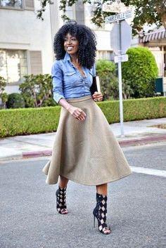 #jeanshemd #ausgestellter Rock #sandalen Blaues Jeanshemd, Grauer gesteppter Ausgestellter Rock, Schwarze Römersandalen aus Leder für Damen