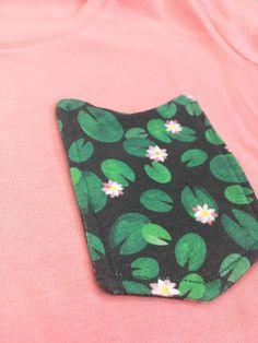 Maak je eigen t-shirt zakje #fabric #pocket T Shirts, Easy Diy, Coin Purse, Wallet, Purses, Sewing, Tee Shirts, Handbags, Dressmaking