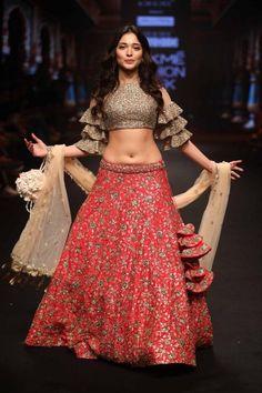 37 ideas dress fashion week outfit for 2019 Indian Bridal Outfits, Indian Designer Outfits, Bridal Dresses, Indian Gowns, Indian Attire, Lakme Fashion Week, India Fashion, Red Lehenga, Lehenga Choli