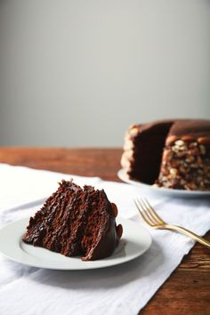 The richest, most decadent vegan blackout cake you may ever make. Four layers of intense dark chocolate with a generous coating of chopped… (vegan dark chocolate frosting) Best Cake Recipes, Vegan Dessert Recipes, Just Desserts, Baking Recipes, Slow Cooker Desserts, Vegan Treats, Vegan Foods, Vegan Chocolate, Chocolate Recipes