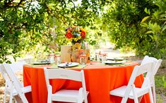 Orange and green table setting Green Table, Table Flowers, Bbq, Good Food, Table Settings, Table Decorations, Orange, Amazing Recipes, Fresco